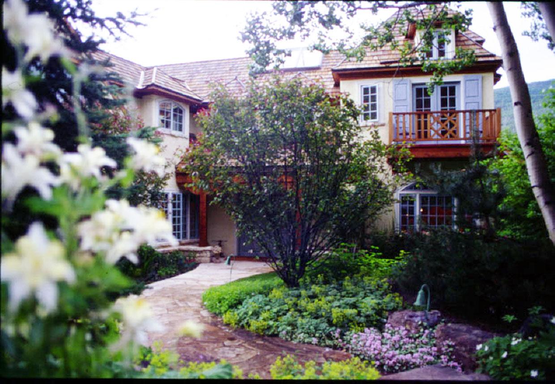 Vail.Colorado.Forbes.Ski_House.Robert_Orr_&_Associates.Architecture.Landscape_Architecture.Urbanism.Entry_Courtyard.jpg