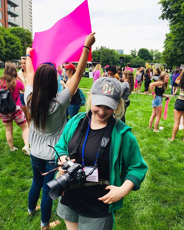Hustle baby 📷 It's hard 2 b short while covering large crowd events w/ lots of tall signs & high banners, but you make it work! 😂 (thank you to @ca_judge for a decent working photo of me & thank you to @voicesunitedforwomen for inviting me to cover the event ❤️) #press #photojournalism #photojournalist #fannypack #photographer #femalephotographer #girlgaze #girlgazeambassador #selfie #babysfirstpresspass #imalwaystired