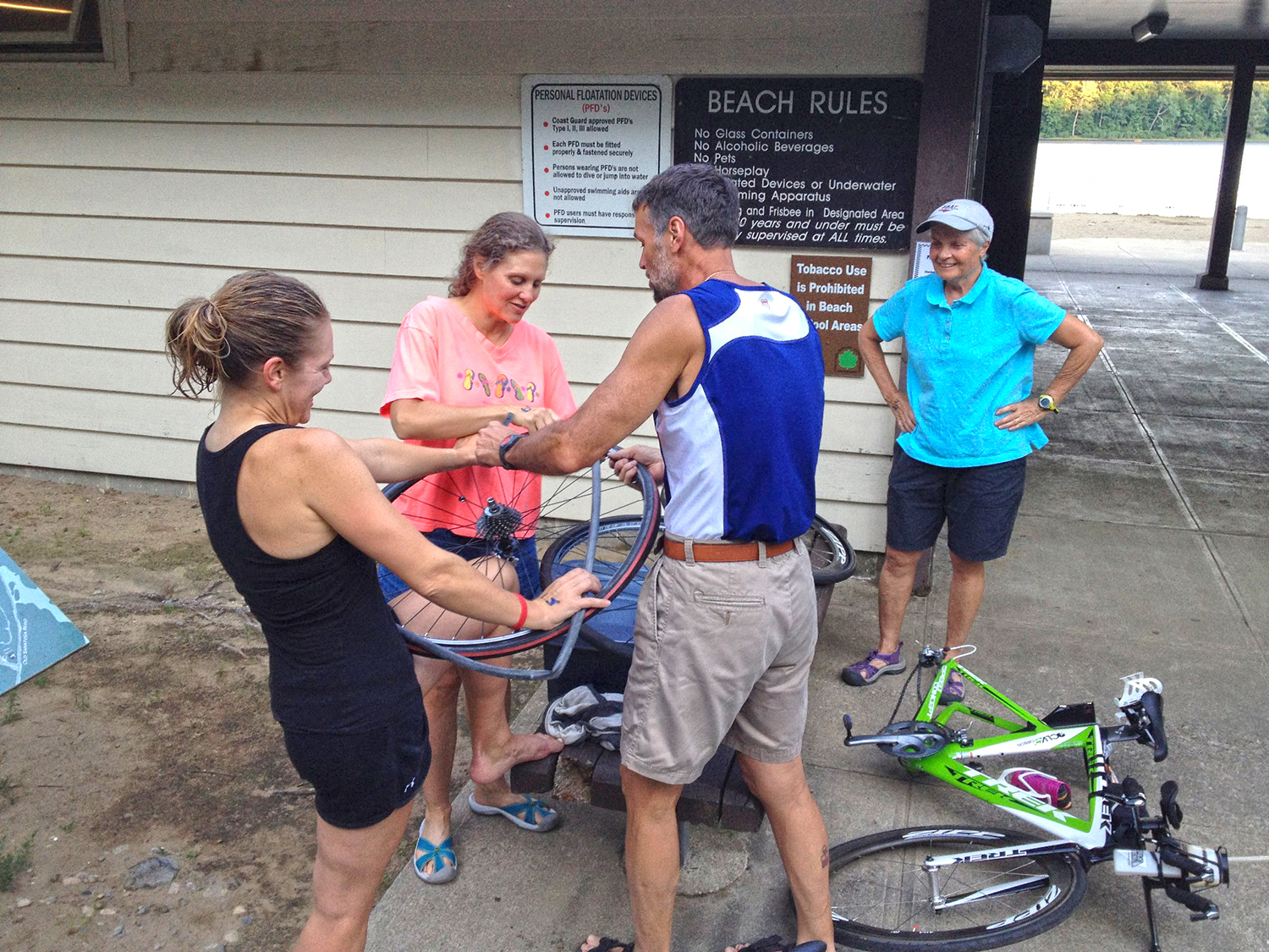 Know your bike:   an impromptu tire   changing clinic   after the Saratoga   Tri Club swim.  Allison Gubala/STC