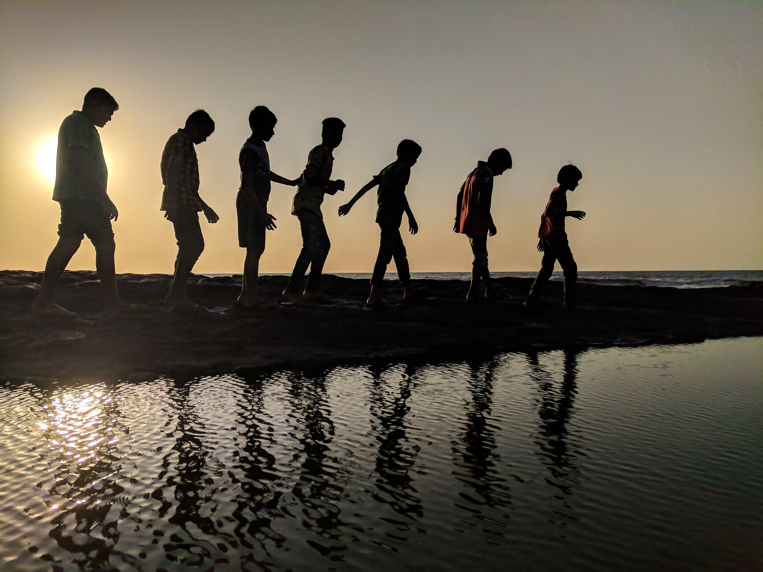 backlit-beach-children-939700.jpg