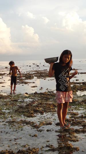 Kids gleaning. Photo: Danika Kleiber/Project Seahorse