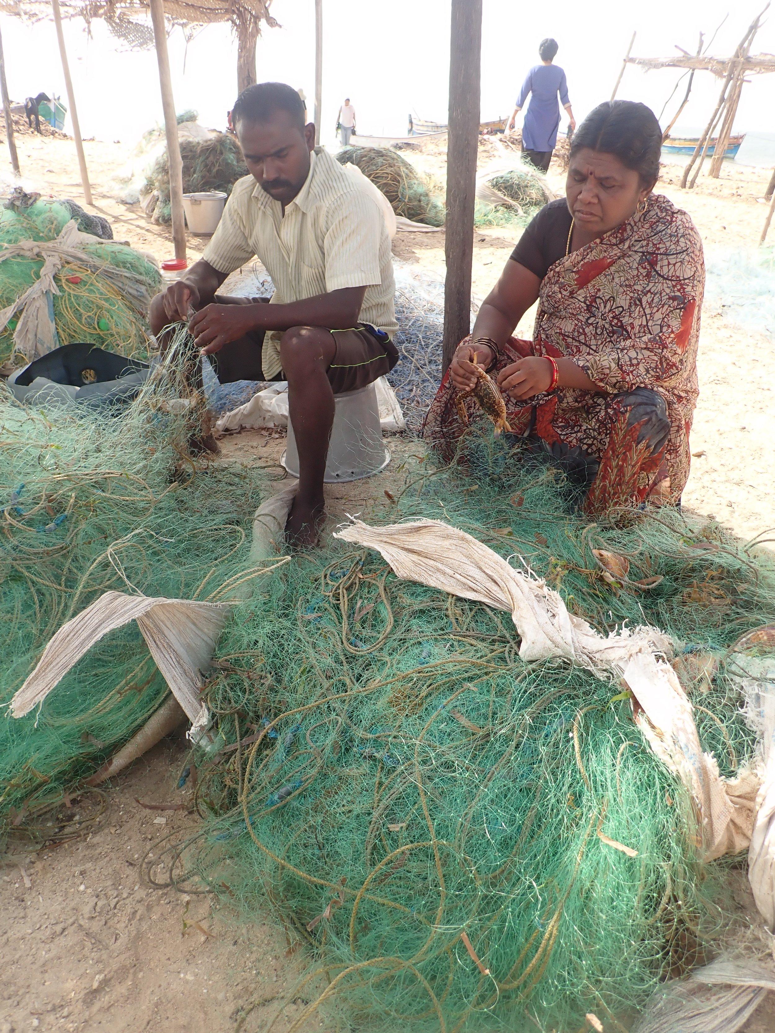 Crab gillnet fishery shore worker at Vellapatti (Tuticorin area), India. Photo by Amanda Vincent/Project Seahorse.
