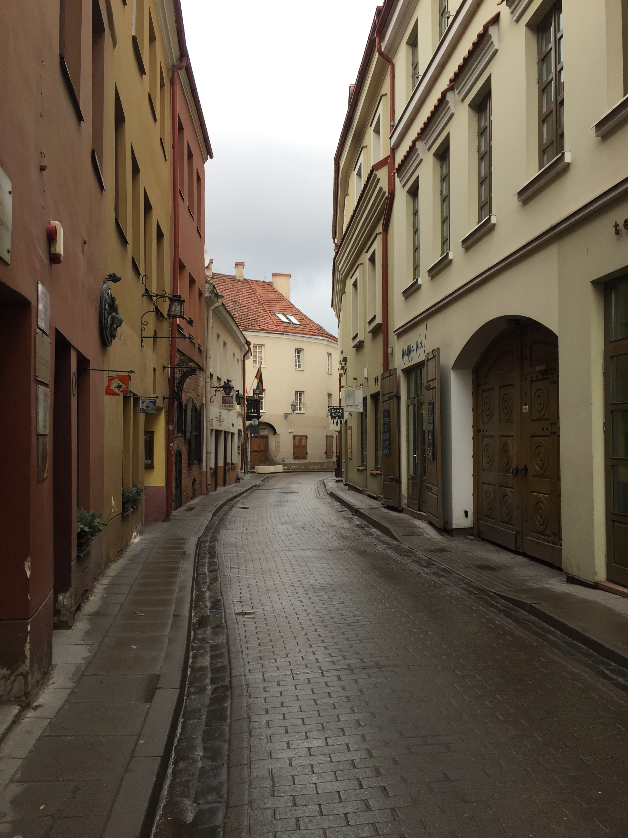 A quiet street in the old town of Vilnuis