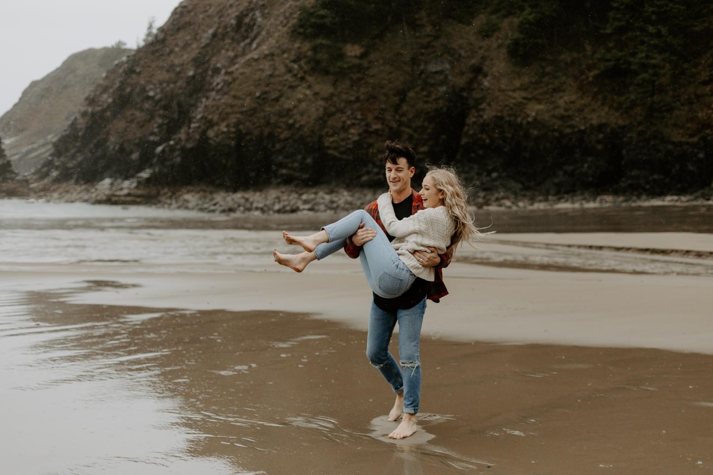 rainy-oregon-coast-adventure-couples-photography-2018-05-02_0091.jpg