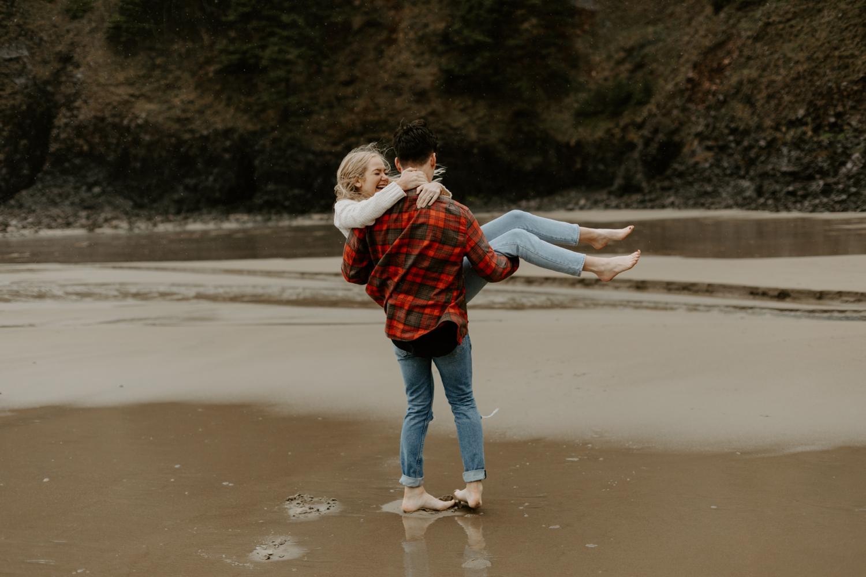 rainy-oregon-coast-adventure-couples-photography-2018-05-02_0093.jpg