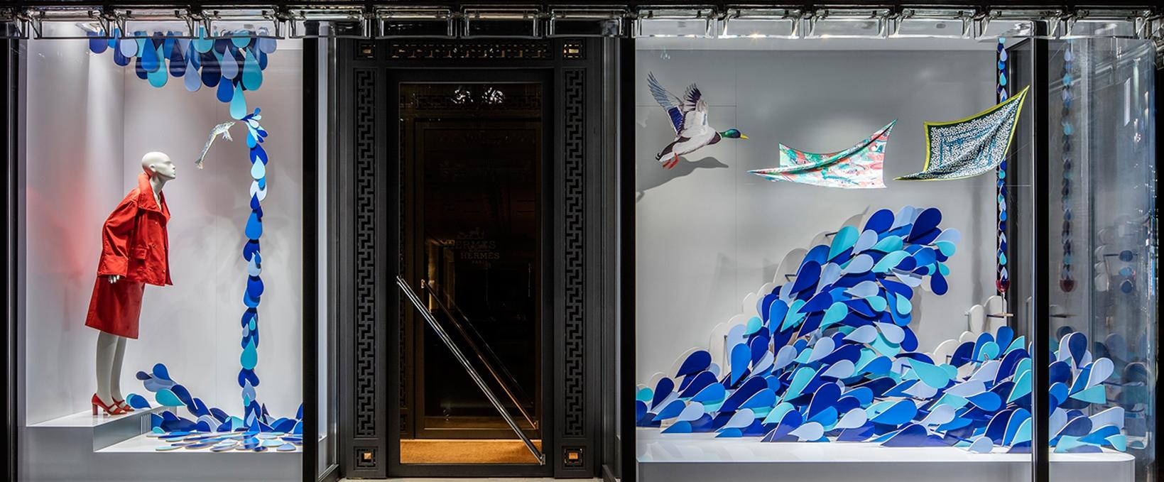 Hermès etalage door Isabelle Daëron. De presentaties zijn telkens unieke installaties waarbij een beperkt aantal producten opvallend worden uitgelicht. Foto:  Designboom