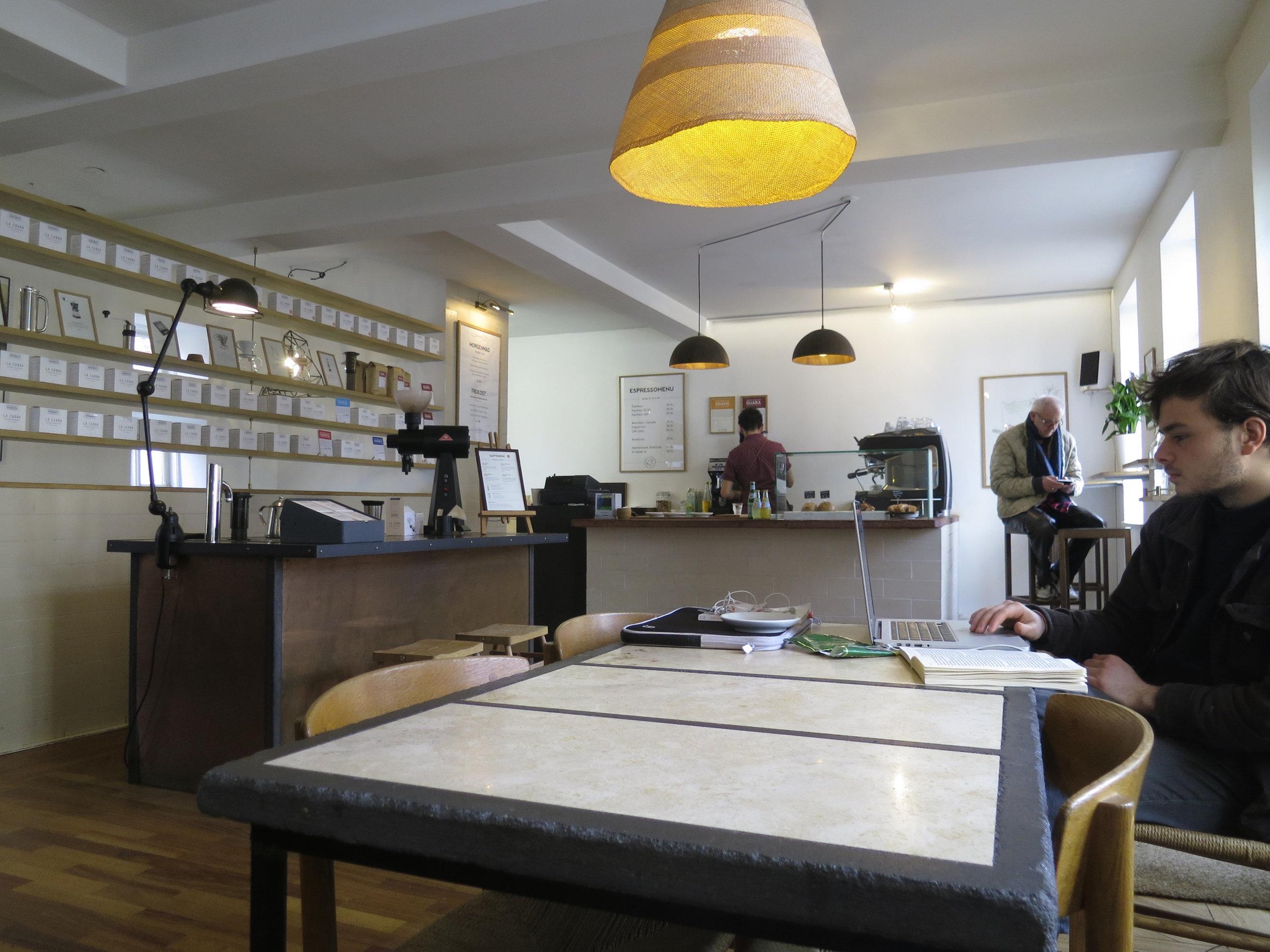 La Cabra Coffee店内(出典  Flickr )