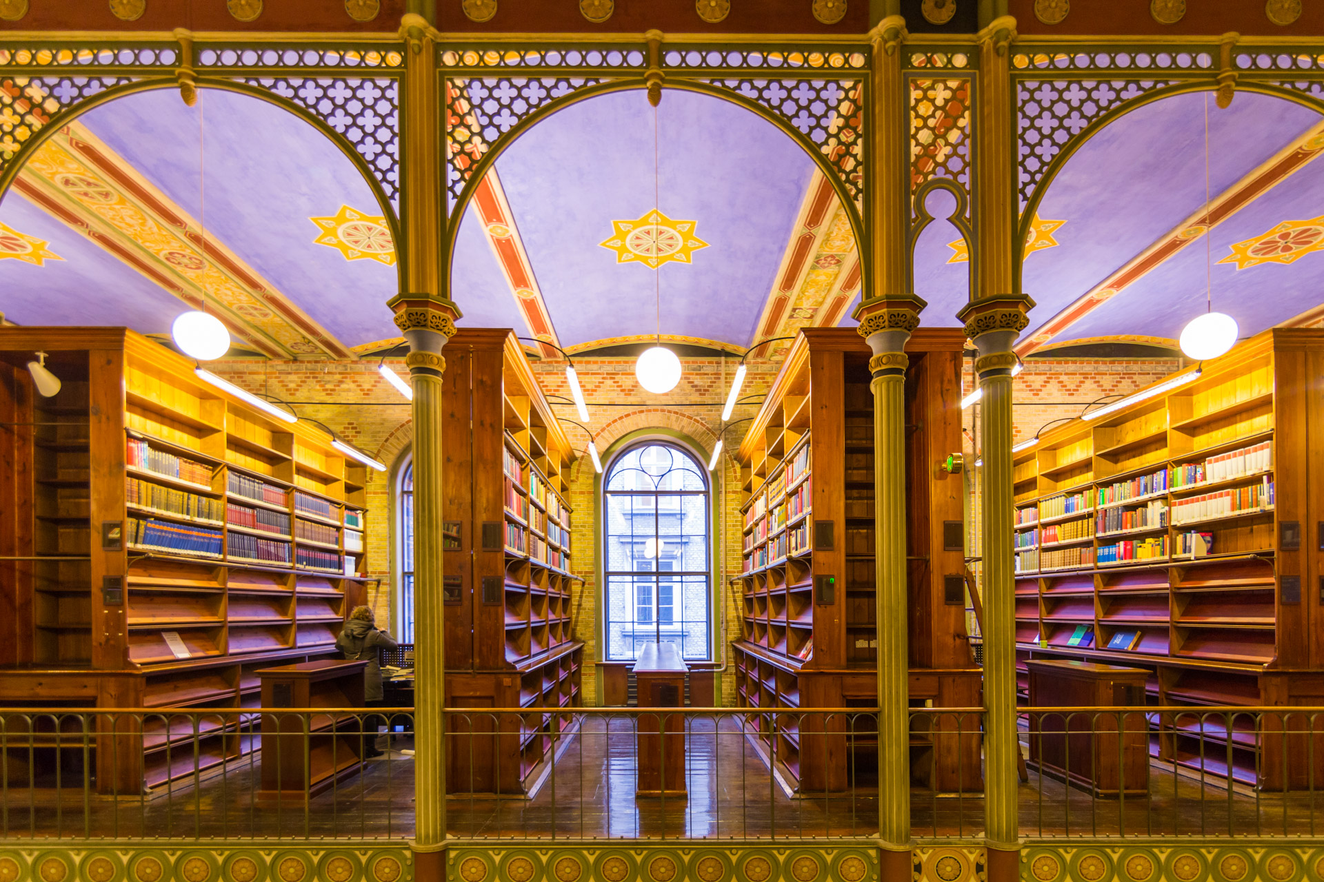 大学の図書館(出典  Flickr )