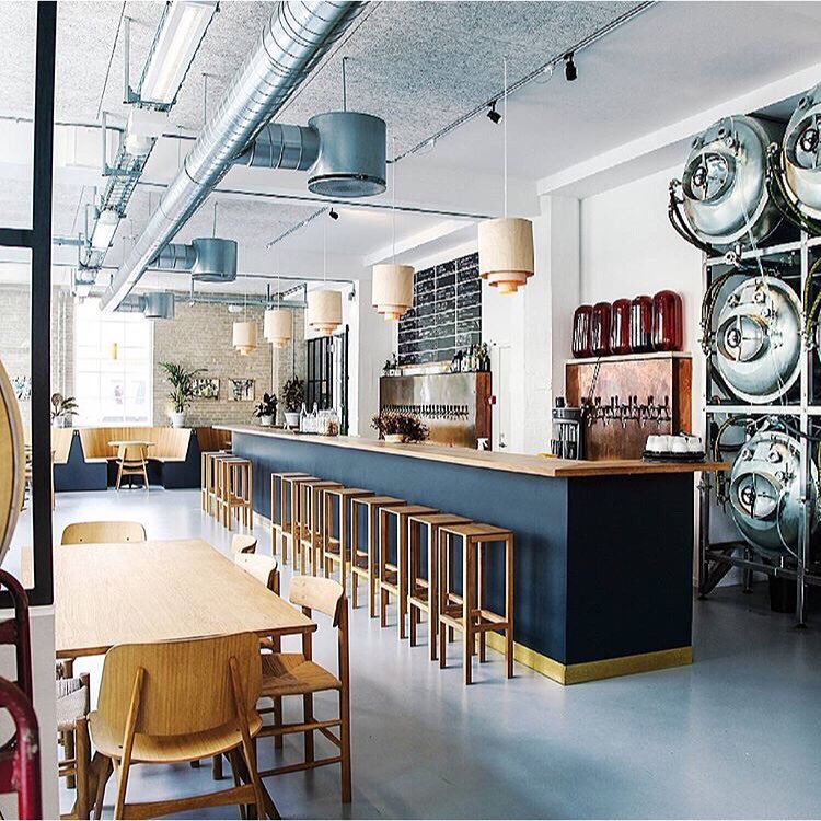 公式インスタグラム   @bruscph   より。デンマークらしい空間がとても特徴的な店内。
