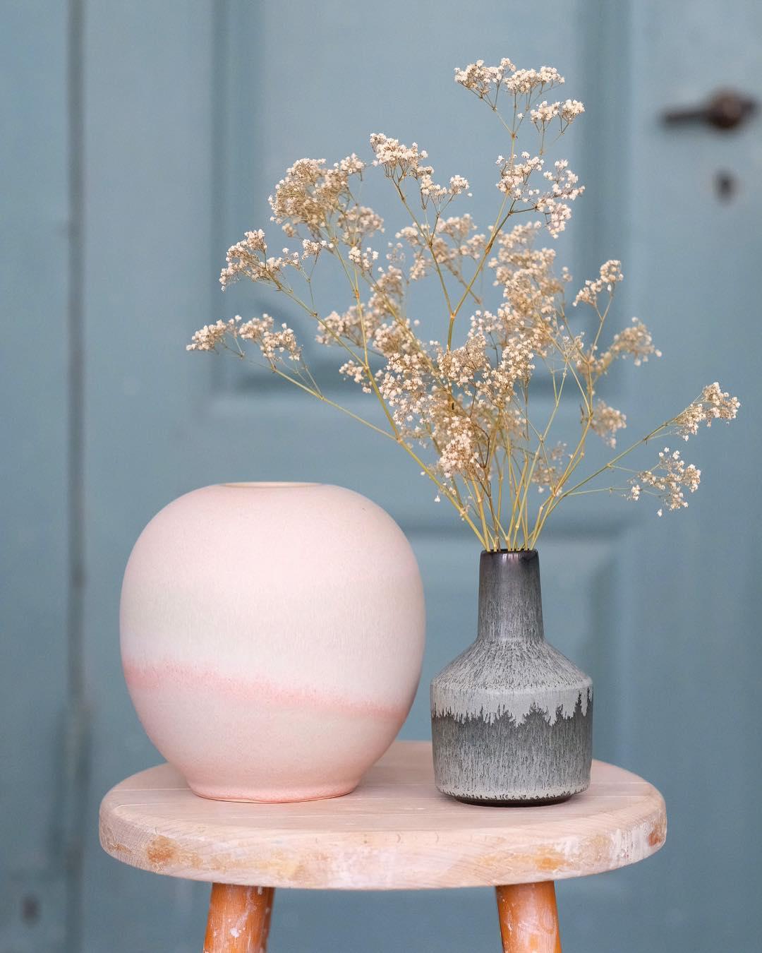 公式インスタグラム   @tortus   より。やさしい花瓶のコレクションが多い。