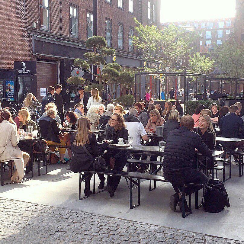 公式インスタグラム   @aarhuscentralfoodmarket   より。冬でもたくさんの人が外で食べるのが、デンマークらしい。