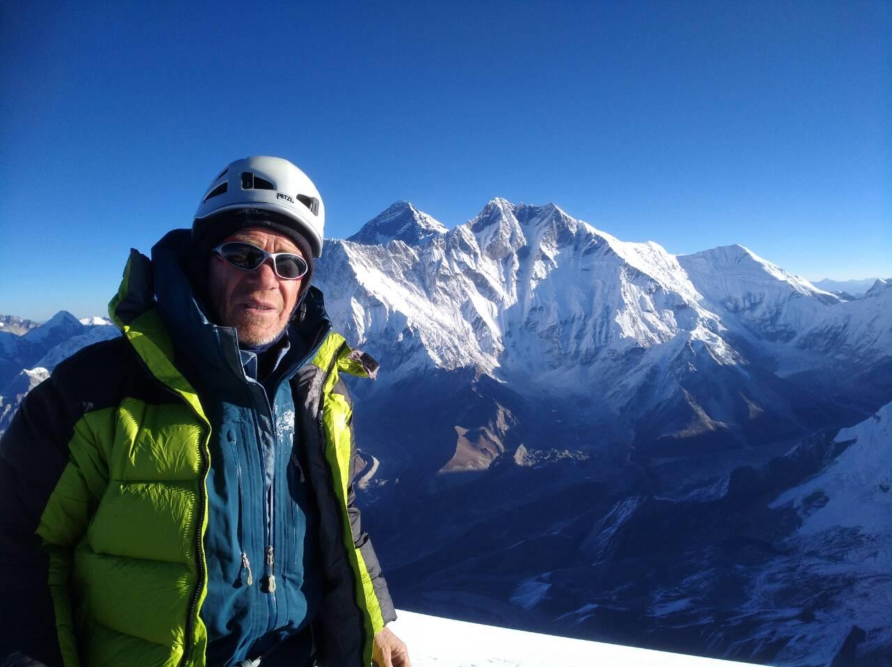 Gorski vodnik IFMGA/UIAGM Franc Pepevnik Aco na vrhu Ama Dablam 6812 m (Foto: Marjeta Brežnik)
