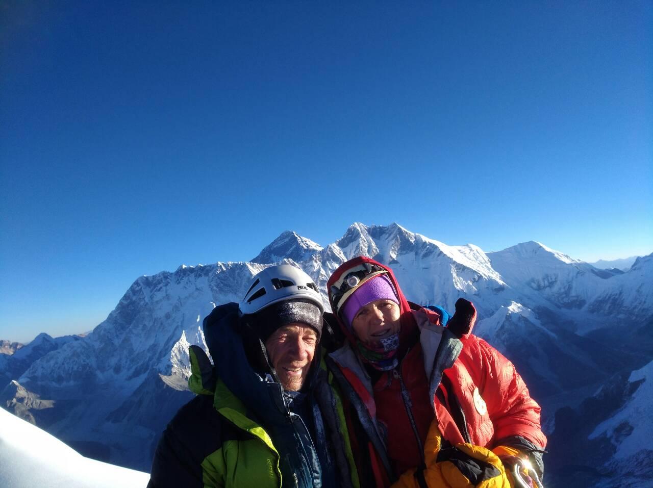 Vrh 6812 m v ozadju Everest, Lotse, Nuptse, Islan Peak