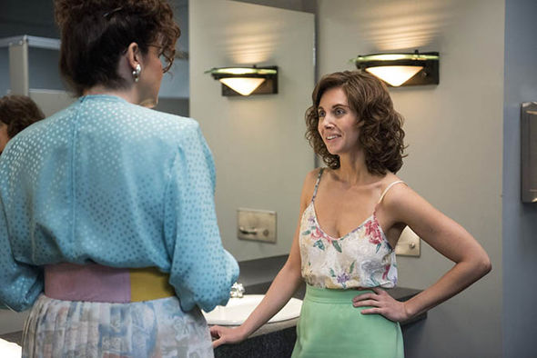 This sweet and feminine outfit shown on main character Ruth (Alison Brie) is a simple and elegant style that has lived on through the eras. A high waisted skirt and classy strappy top is one of our fav throw on last min heading out the door outfit. You can dress it up or down for any event.