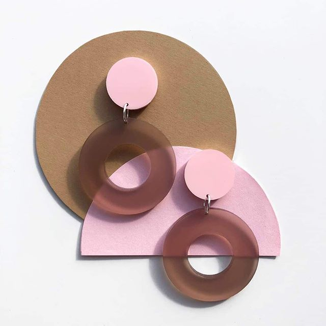 Feeling the love for pink with my new two tone pink drop hoops. Link in bio, search Clara 👀 #onfridaywewearpink #70s #abstract #earrings