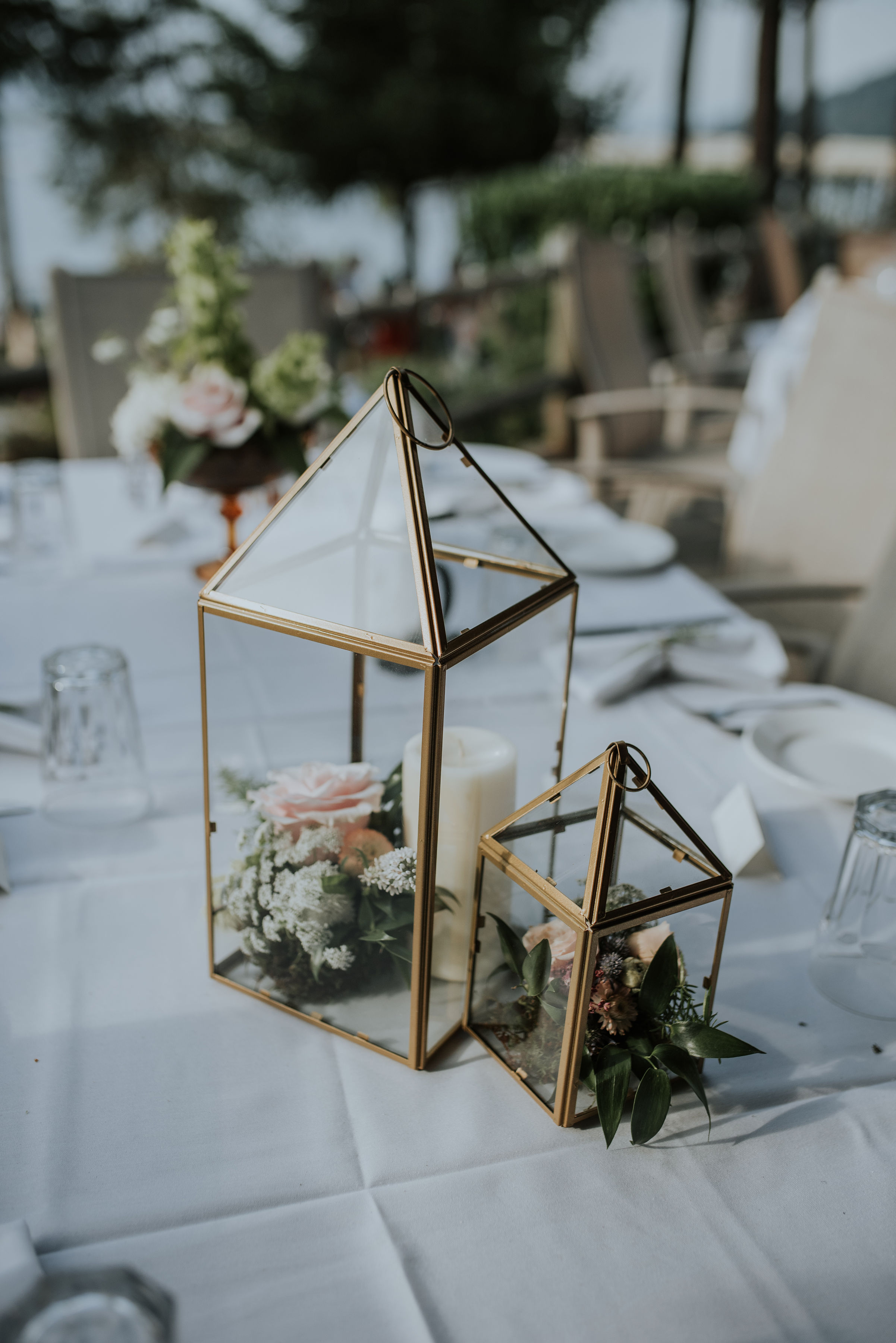 Centerpieces in geometric gold lanterns