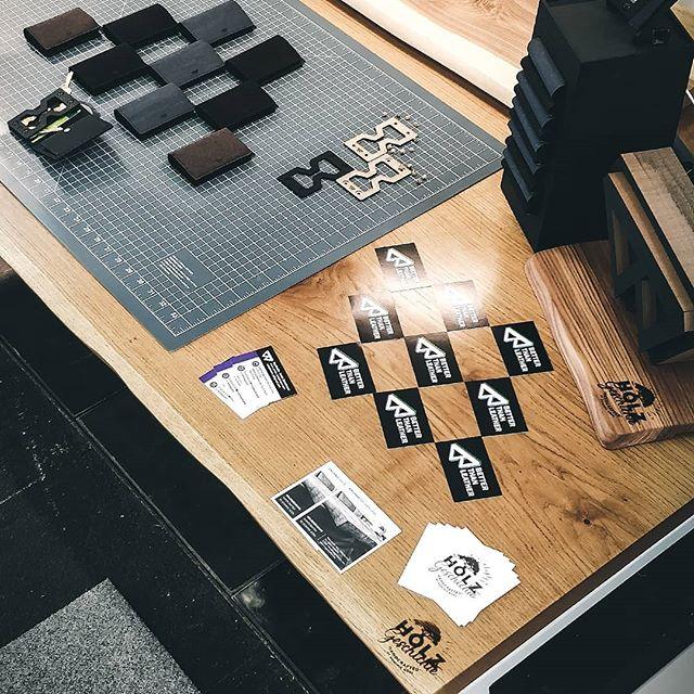 An dieser Stelle noch einmal ein riesiges Dankeschön an Dominic von @holz_geschichte für diesen wunderschönen Messestand! #supportthelocals . . .  #kunst_designmarkt #slimwallet #keywallet #massivholztisch #holz #ideas #handgemacht #handmadewithlove #handmade #minimal #minimalism #wooddesign #produktdesign #kreativmessewels #eiche #wels  #keyorganiser #vegan #geschenkideen #welovecoffee  #madeinaustria #iamfromaustria #designmarkt #urban #urbanjungle #kunstunddesignmarkt #urbandesign #handmade_love #kreativmarkt