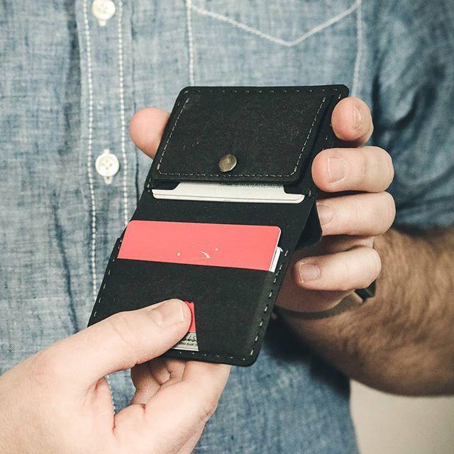 Und was ist das Beste am neuen Wallet? Natürlich der extra Platz für deine EC-Karten! Zwischen 6 und ?8? Karten bekommt ihr rein. Je nachdem wie motiviert ihr beim Packen seid 😉 Das klassische KeyWallet gibt es natürlich nach wie vor! Habt einen schönen sonnigen Feierabend! . . .  #kunst_designmarkt #slimwallet #keywallet #navyblue #ideas #handgemacht #handmadewithlove #handmade #minimal #minimalism #wooddesign #produktdesign #summit #kork #keyorganiser #vegan #geschenkideen #welovecoffee  #madeinaustria #iamfromaustria #designmarkt #gipfel #korkdesign #kunstunddesignmarkt #urbandesign #handmade_love #kreativmarkt #supportthelocals #marineblau #bergsteigen