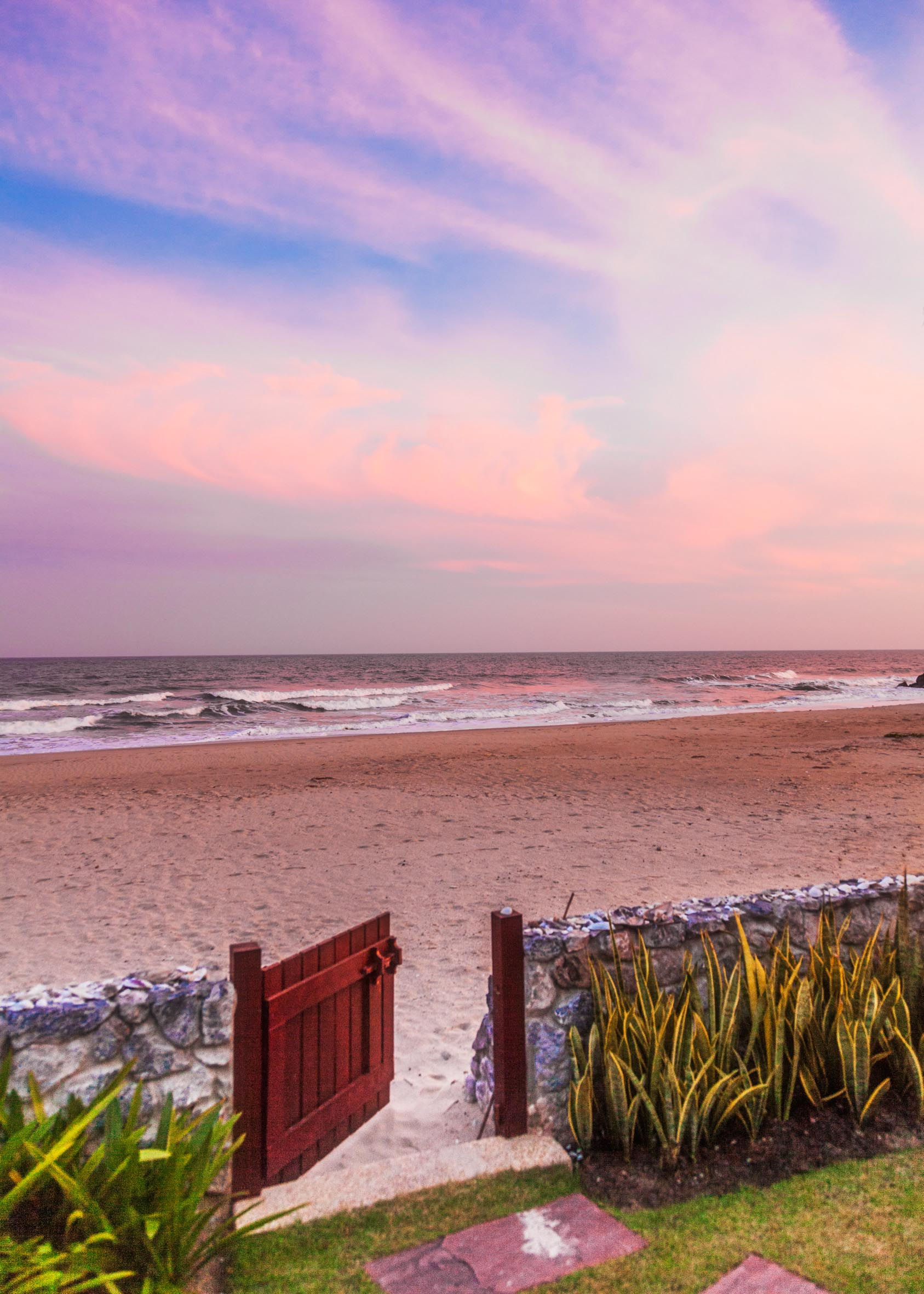 Grinden från strand-huset direkt mot havet och stranden.
