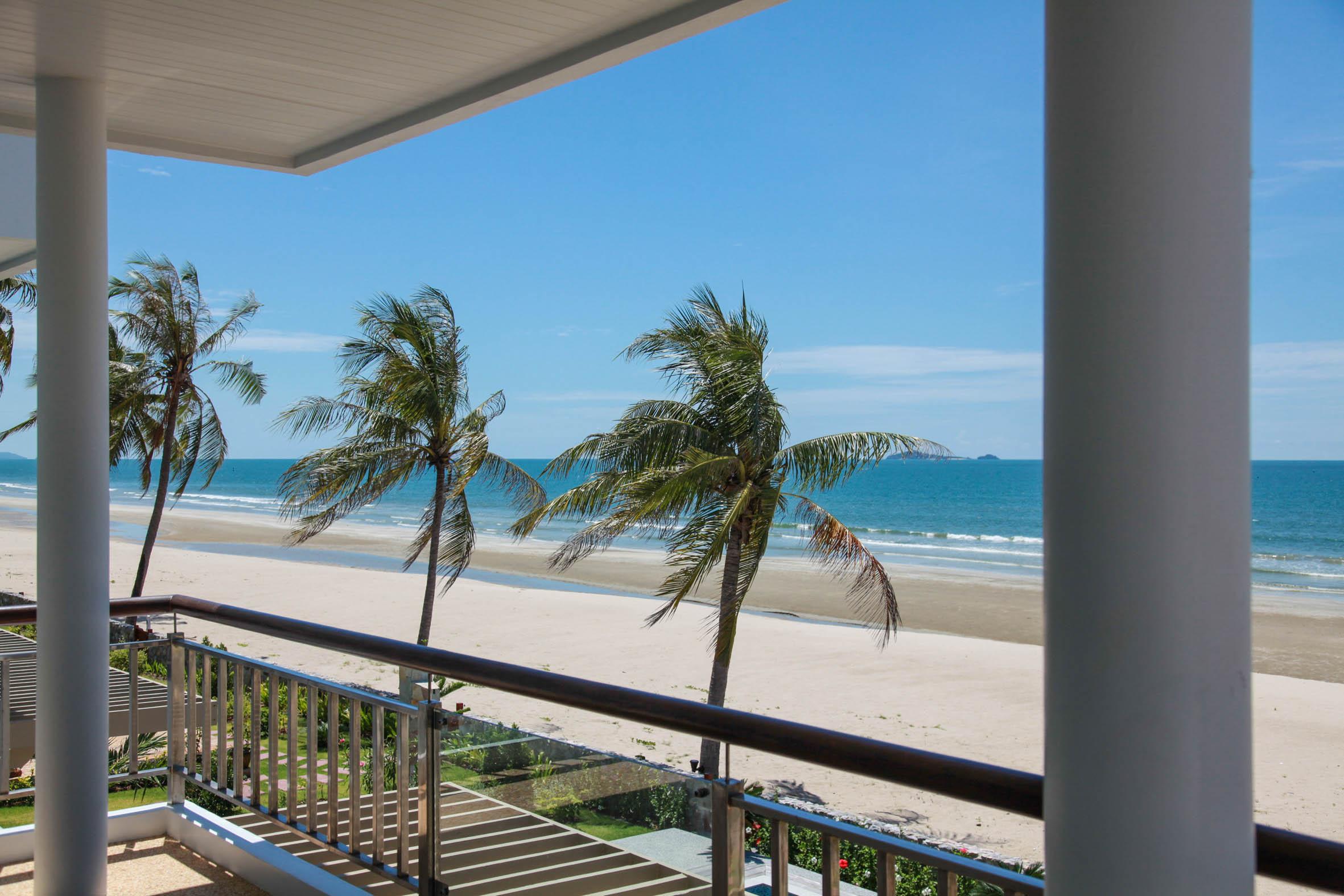 Utsikt från master-bedrooms balkong.