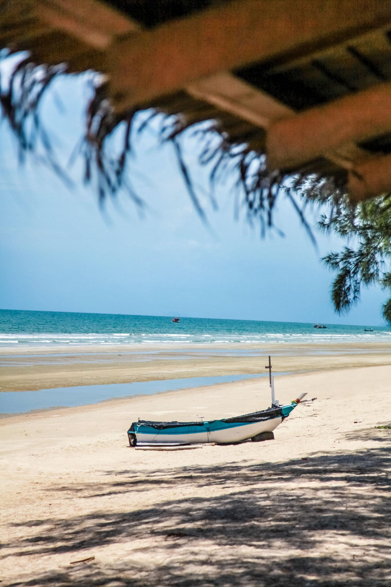 Den milslånga stranden bjuder till långa promenader.