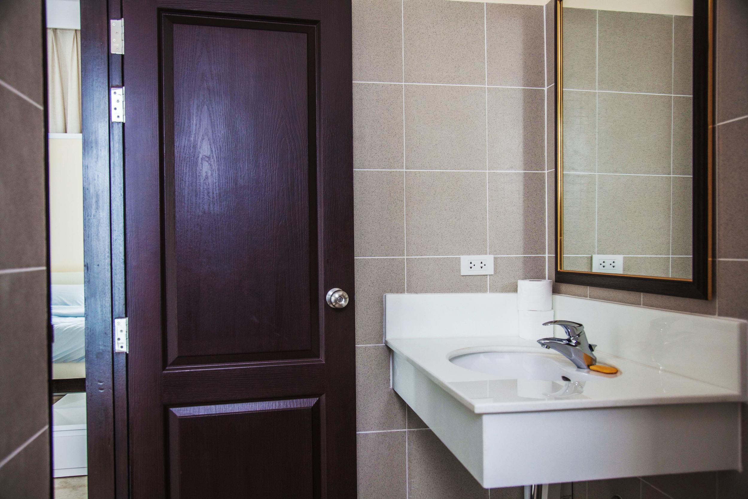 Badrummet tillhörande sovrummet som vetter mot bergen i Burma.