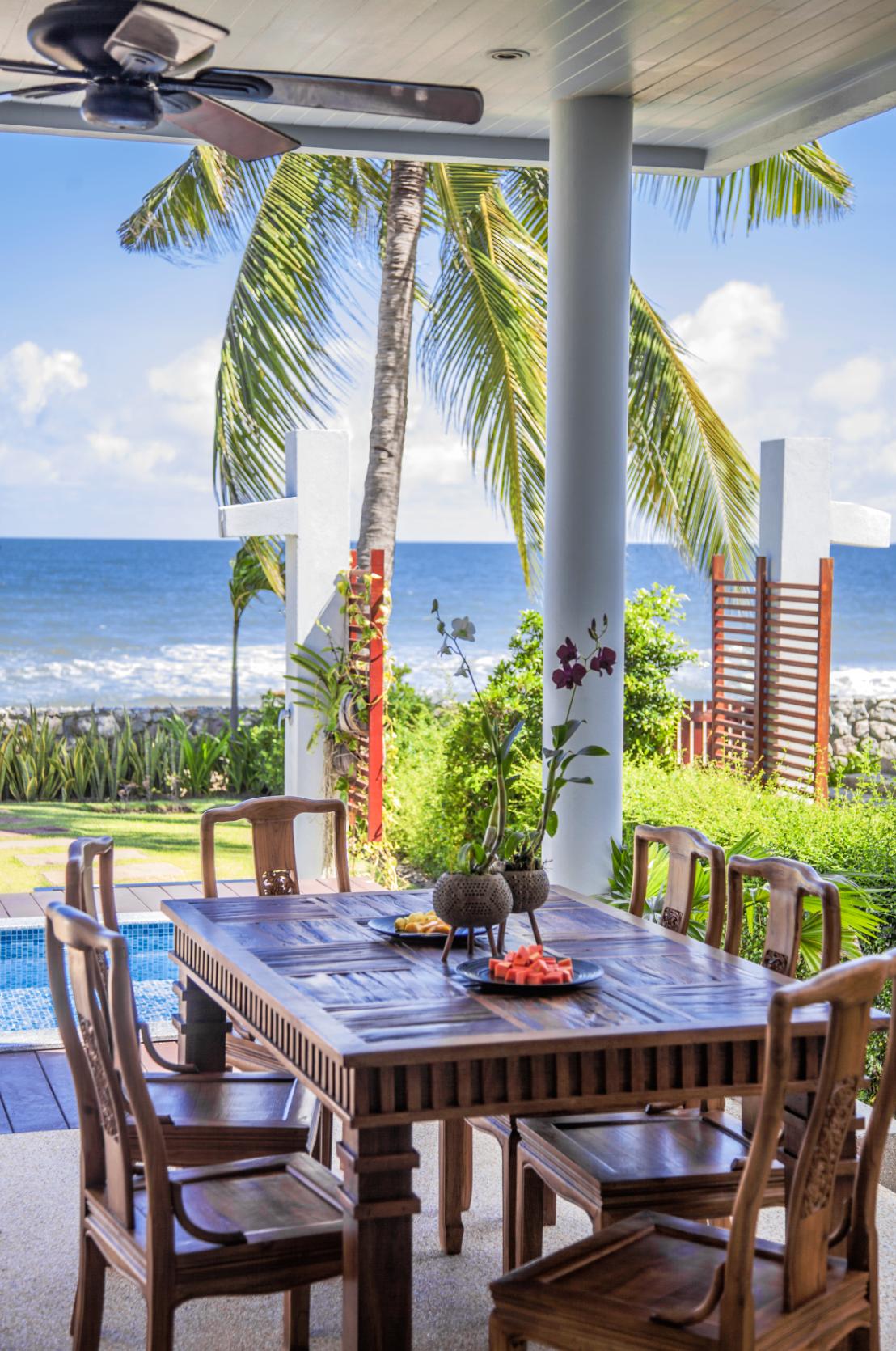 Matbordet på uteplatsen, med utsikt över havet från strandhuset.
