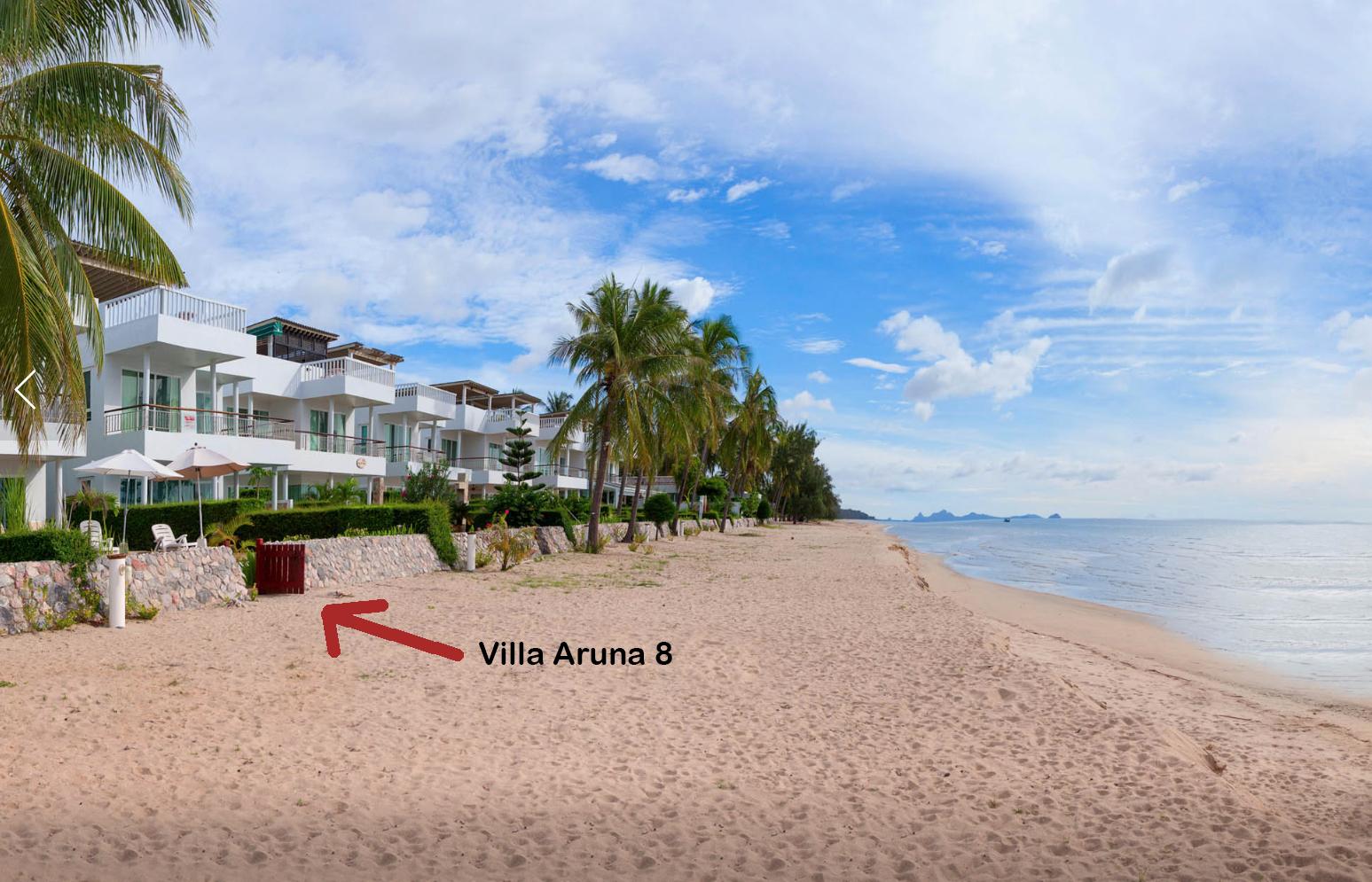 Här ligger strandhuset. Ingång från stranden där ni kan se den röda trägrinden. Bara några steg från havet.