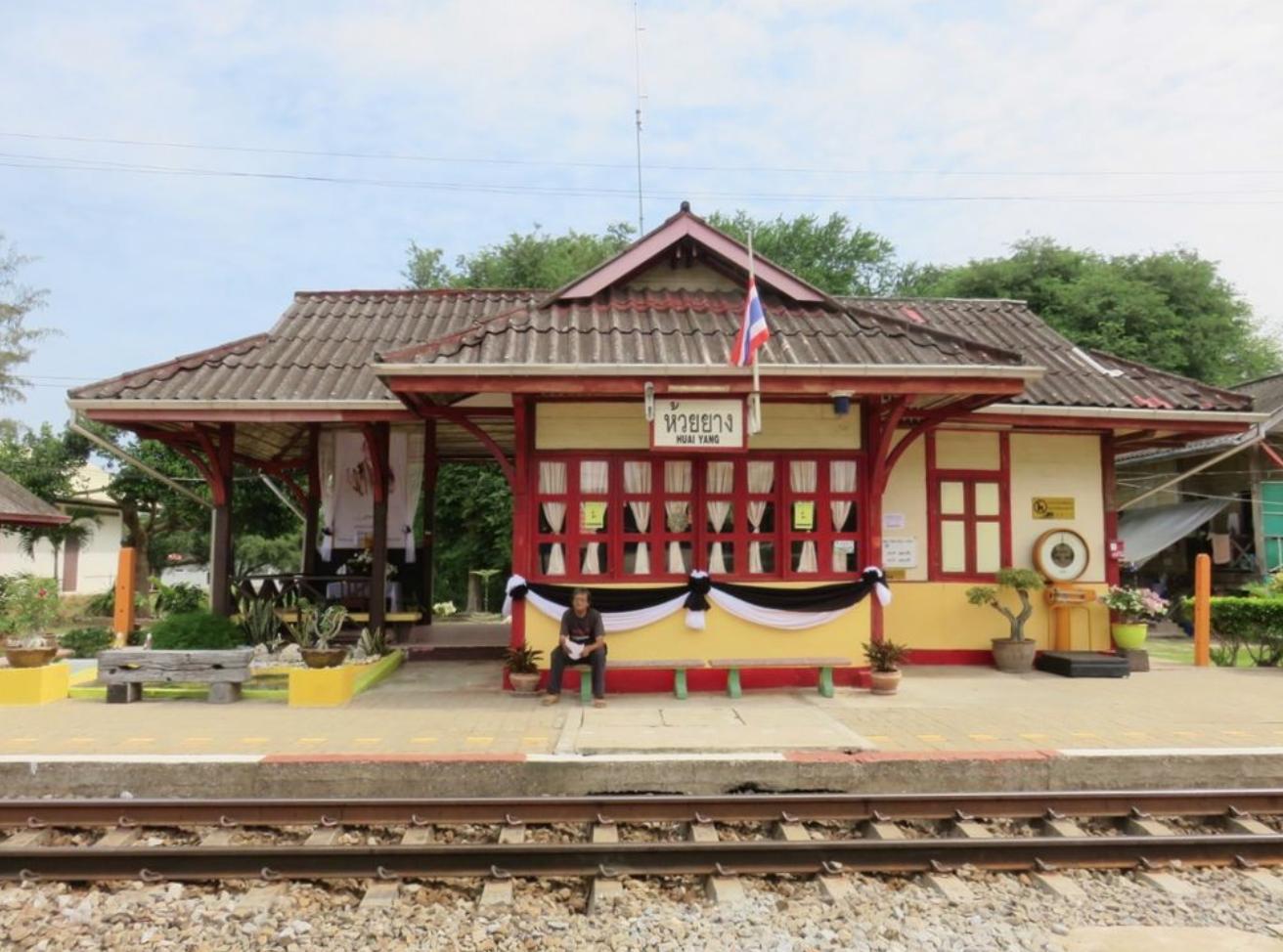 Tågstationen i byn Baan Huay Yang  .