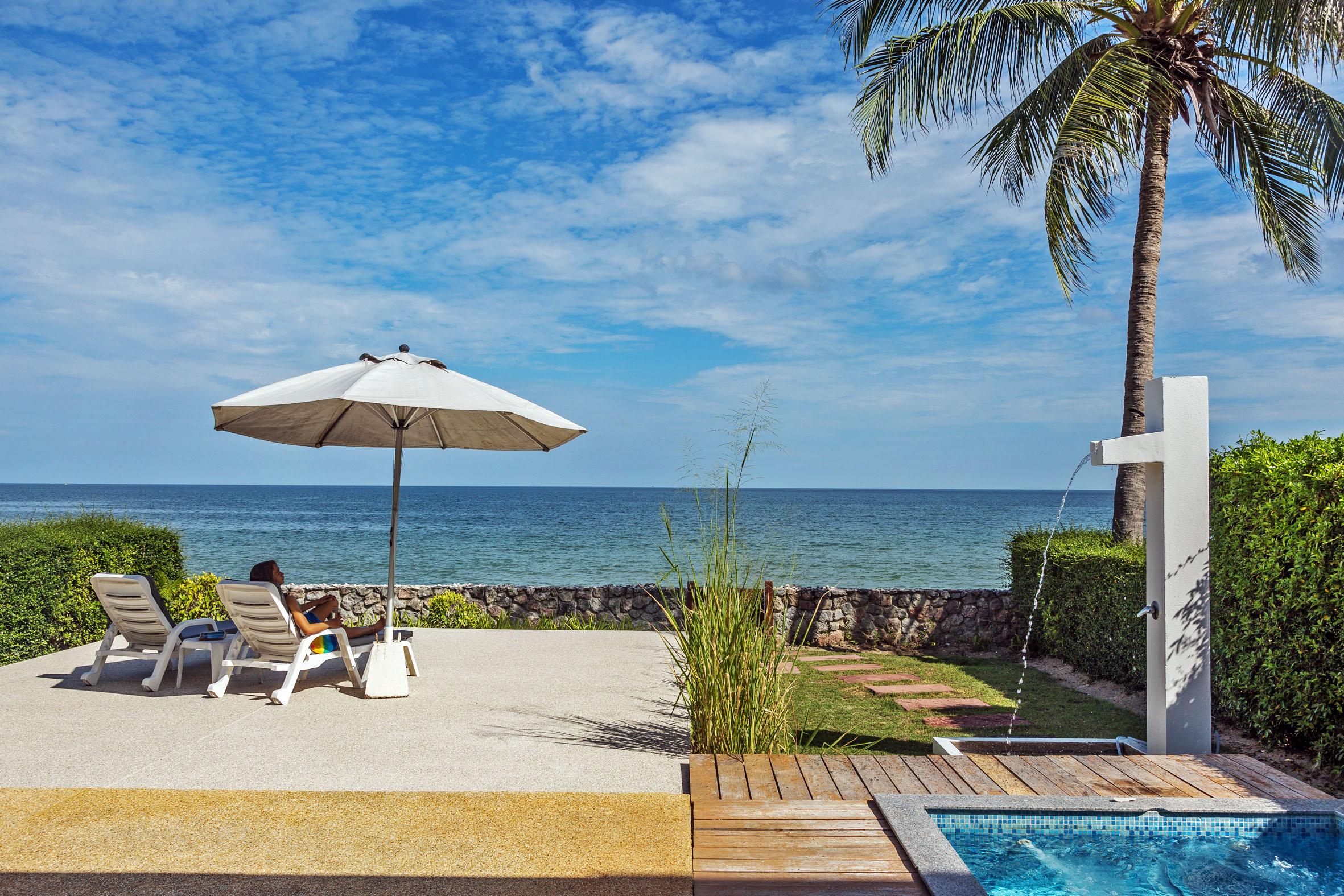 Uteplatsen från strandhuset mot havet