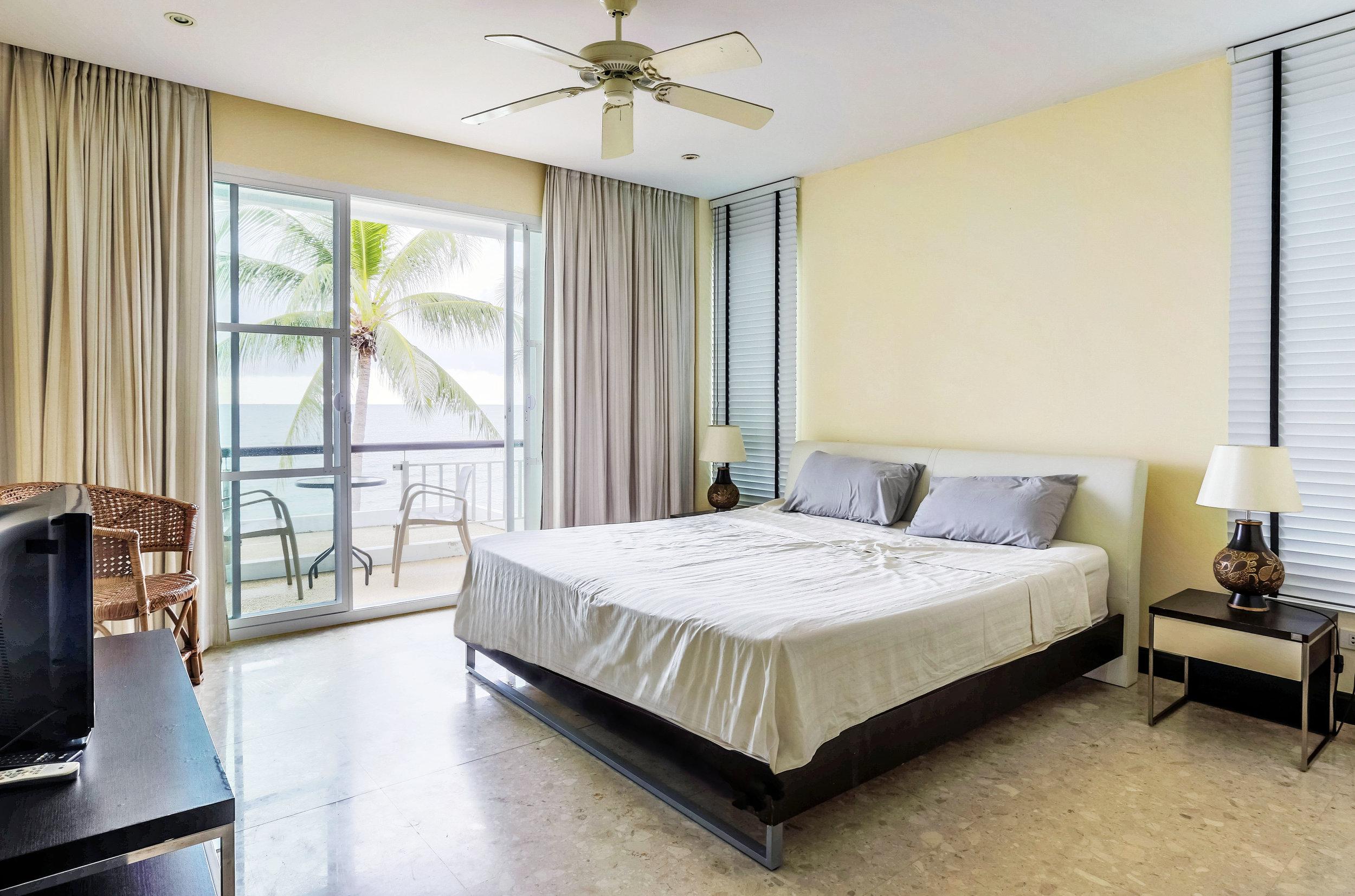 Sovrum med balkong mot havet.
