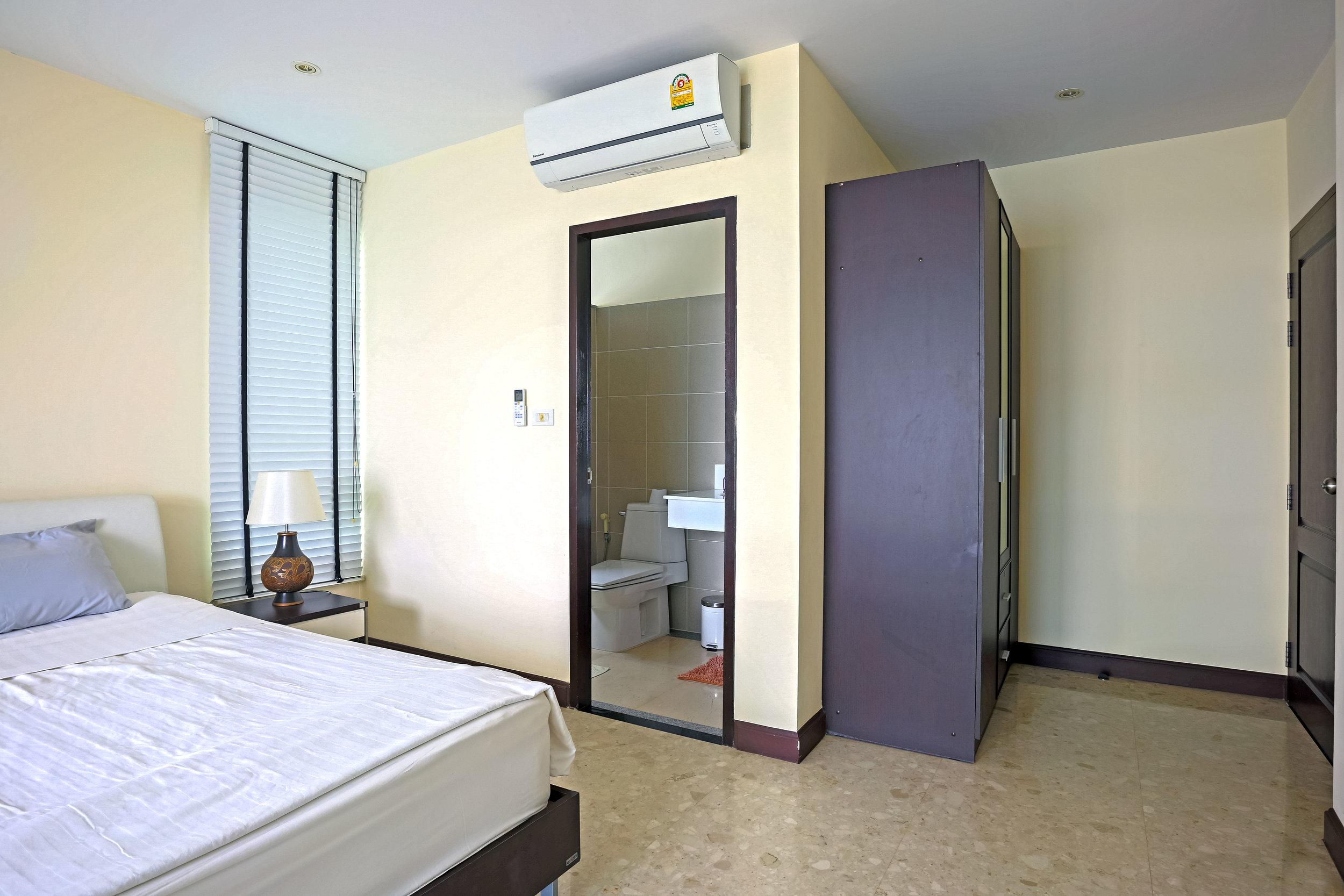 Ett utav sovrumen som vetter mot havet. Egen balkong och eget badrum.
