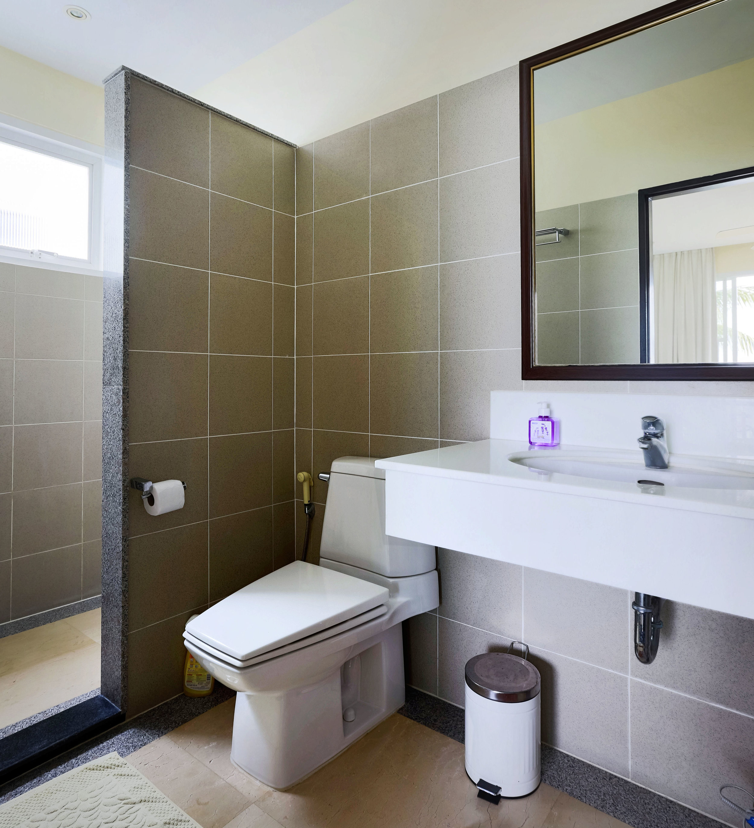 The bathroom that belongs to the second bedroom with seaview.