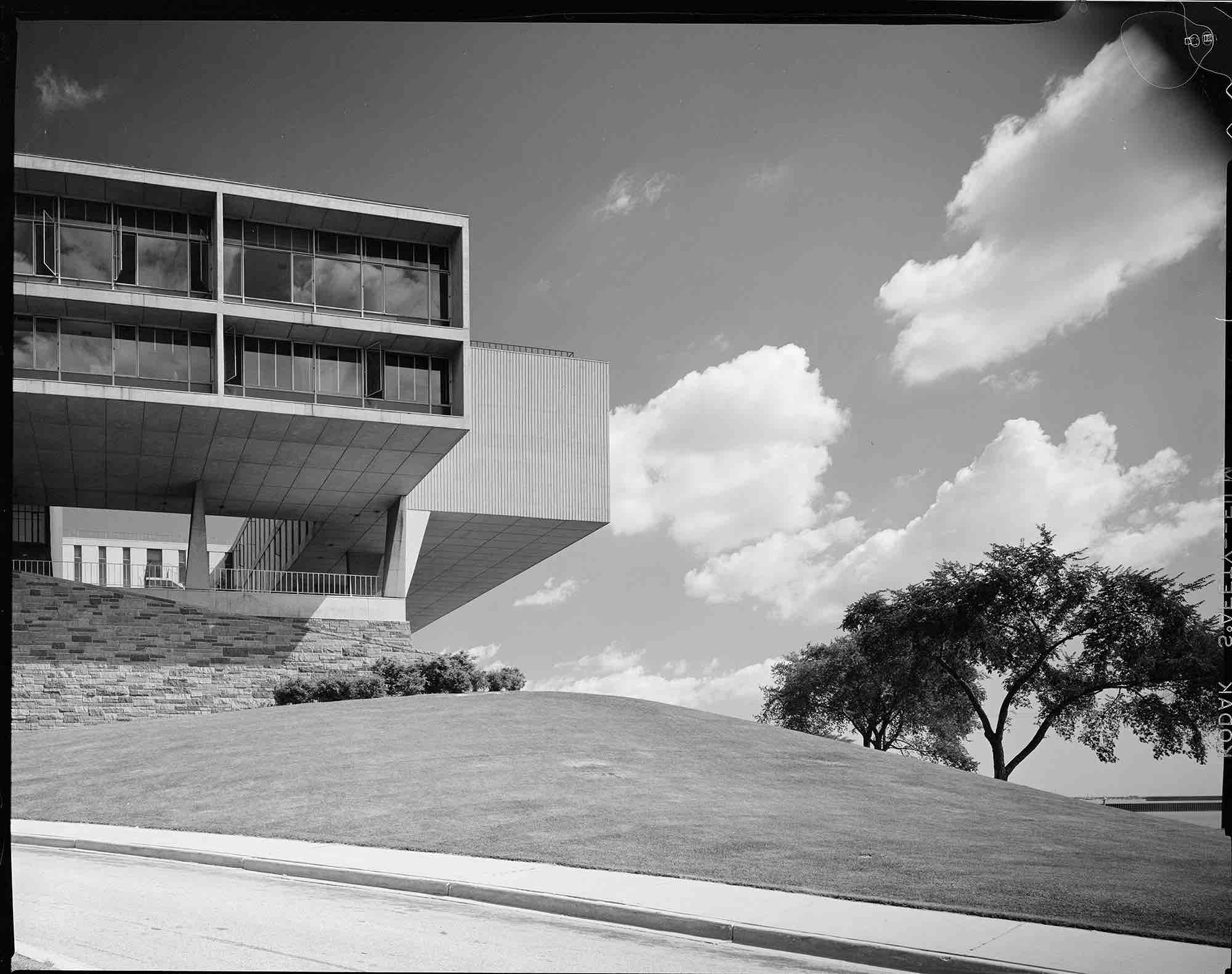 Eero Saarinen, Milwaukee County War Memorial (Milwaukee, WI) 1957
