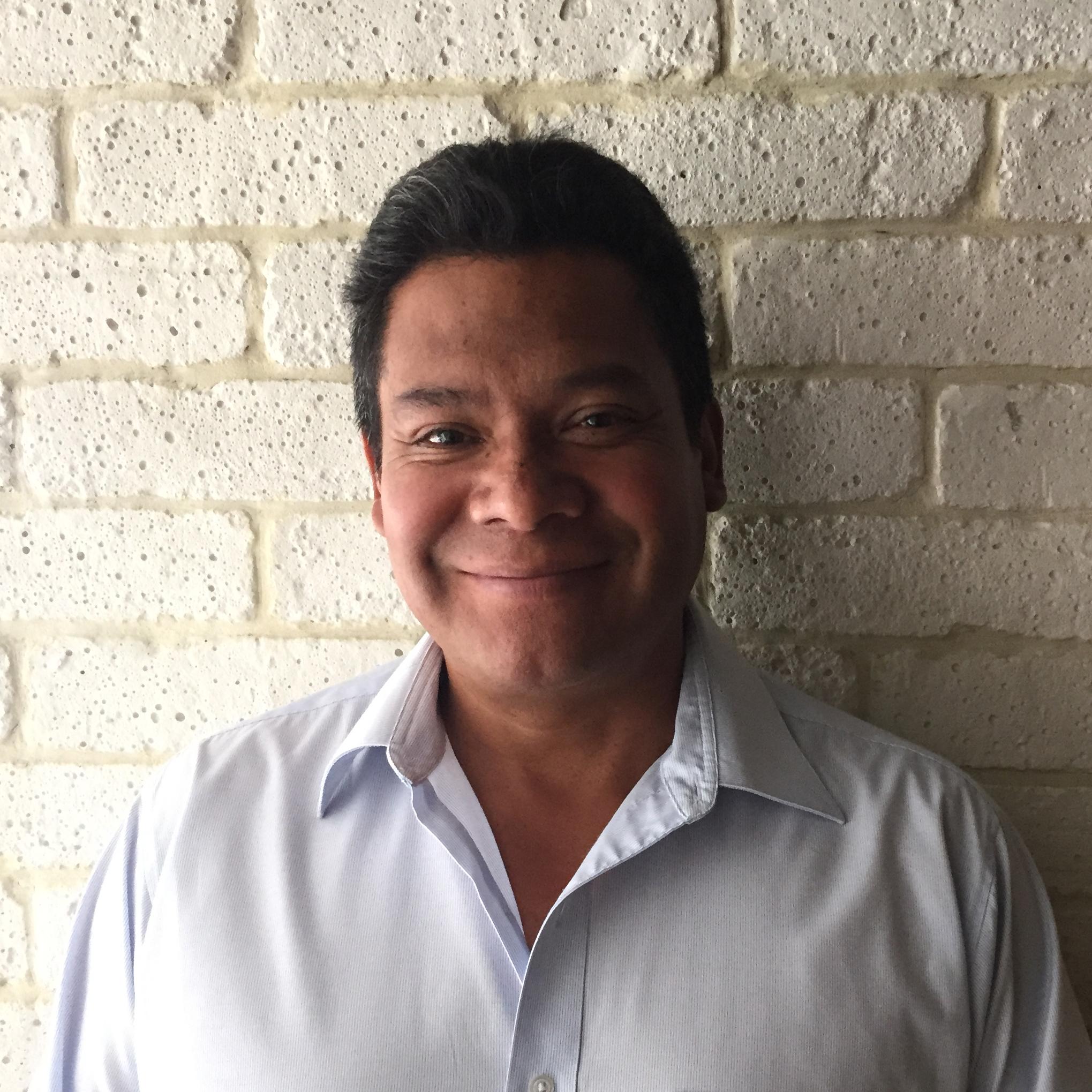 Jorge Cabrera se une a Rivadeneyra Arquitectos desde su fundación. Su trayectoria lo ha llevado a coordinar la construcción en la oficina. El 2015 lo ha visto volverse un huésped distinguido de Valle de Bravo, donde actualmente coordina la obra de dos casas.