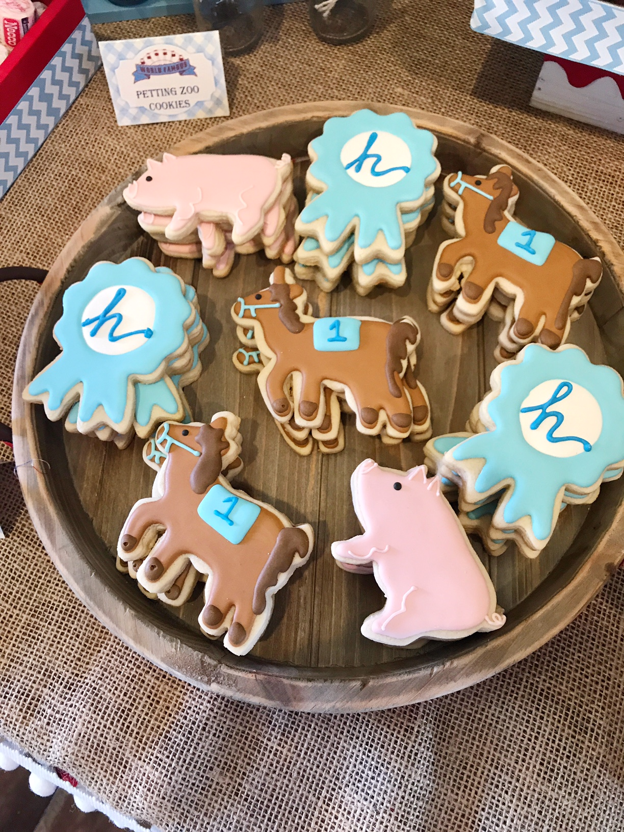 Seriously, how cute are these cookies?? My go-to for all things dessert related is @societysweets.