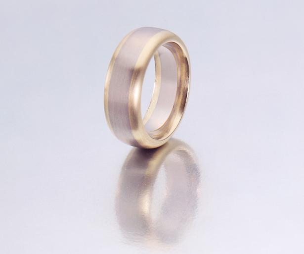 Ring in Gelb- und Weissgold