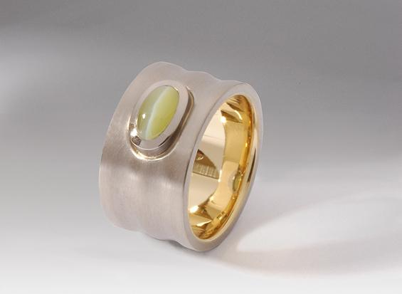Ring in Weiss- und Roségold mit Chrysoberyll-Katzenauge