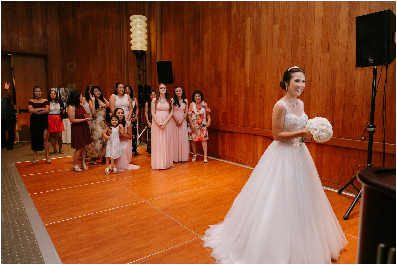 bouquet toss, Halekulani Hotel Wedding Photos, Waikiki Hawaii Wedding Photographer, Hawaii Wedding Photographer, Hawaii Wedding Photos, Hotel Wedding in Hawaii, Halekulani Hotel, Waikiki Wedding