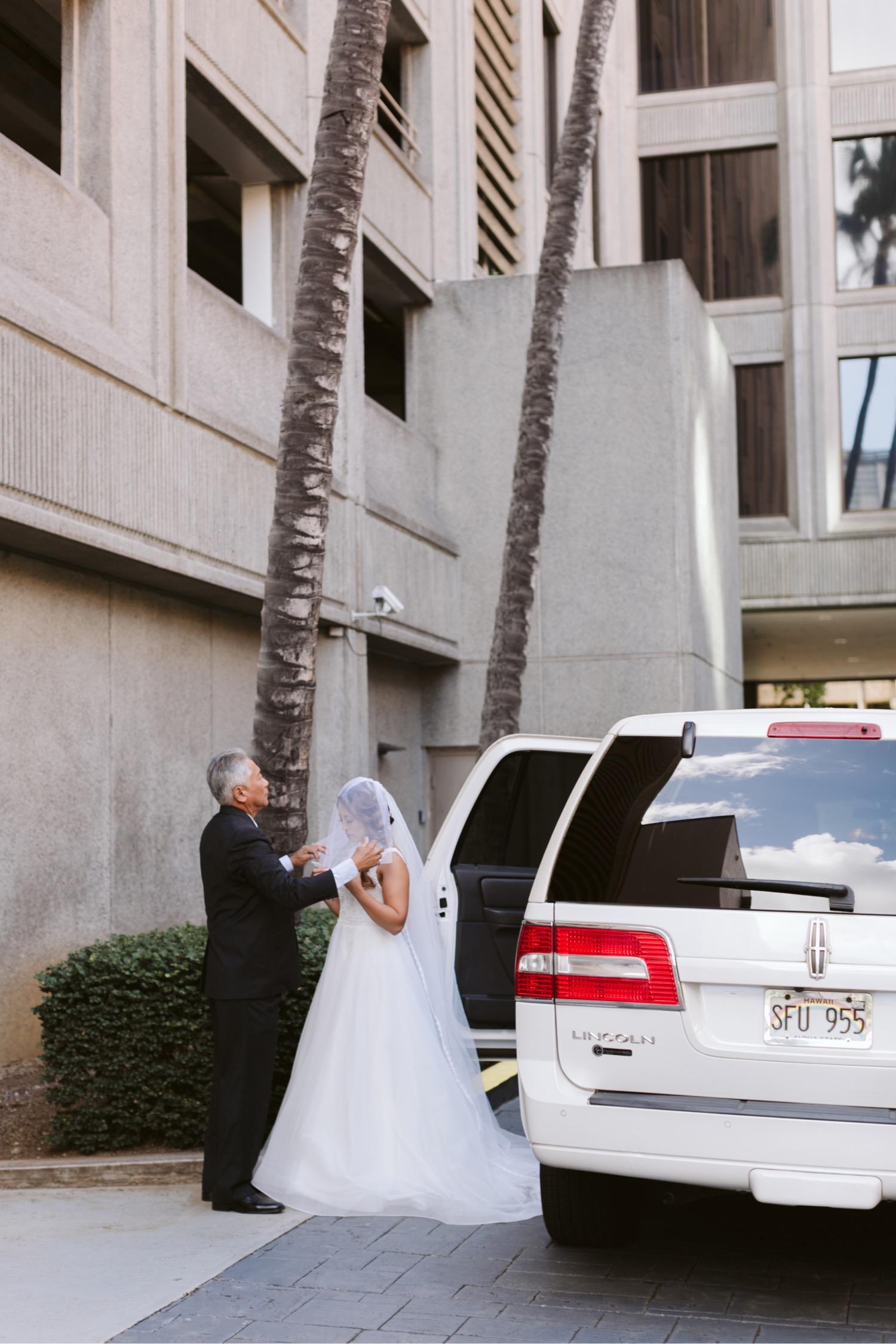 Julia_Hawaii_look_Honolulu_Wedding_Bride_Cafe_dad_first.jpg