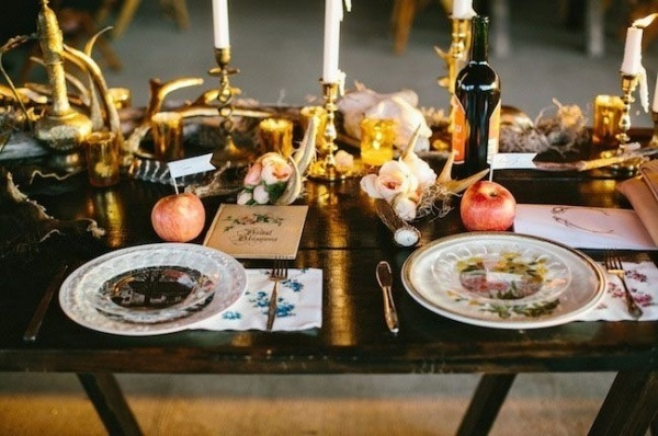 Love the use of the gold antlers on this gorgeous  wedding  table!