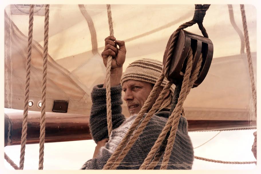 Tres Hombres heeft verschillende kapiteins.  De huidige heet Lammert en is kapitein september 2016  Volg het reilen en zeilen van ons schip hier: www.fairtransport.eu