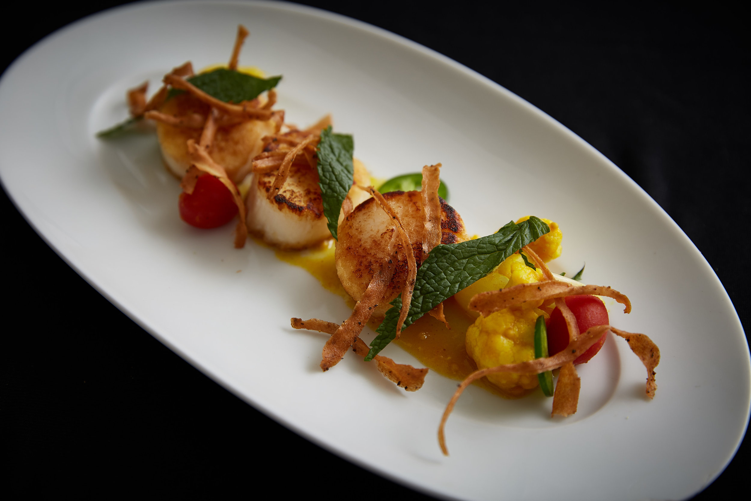 Seared scallops with cauliflower & tomato piccalilli.