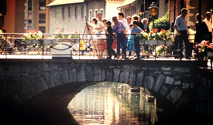 Léa Rivière peignant sur un pont à Annecy (Alpes- France) 1986