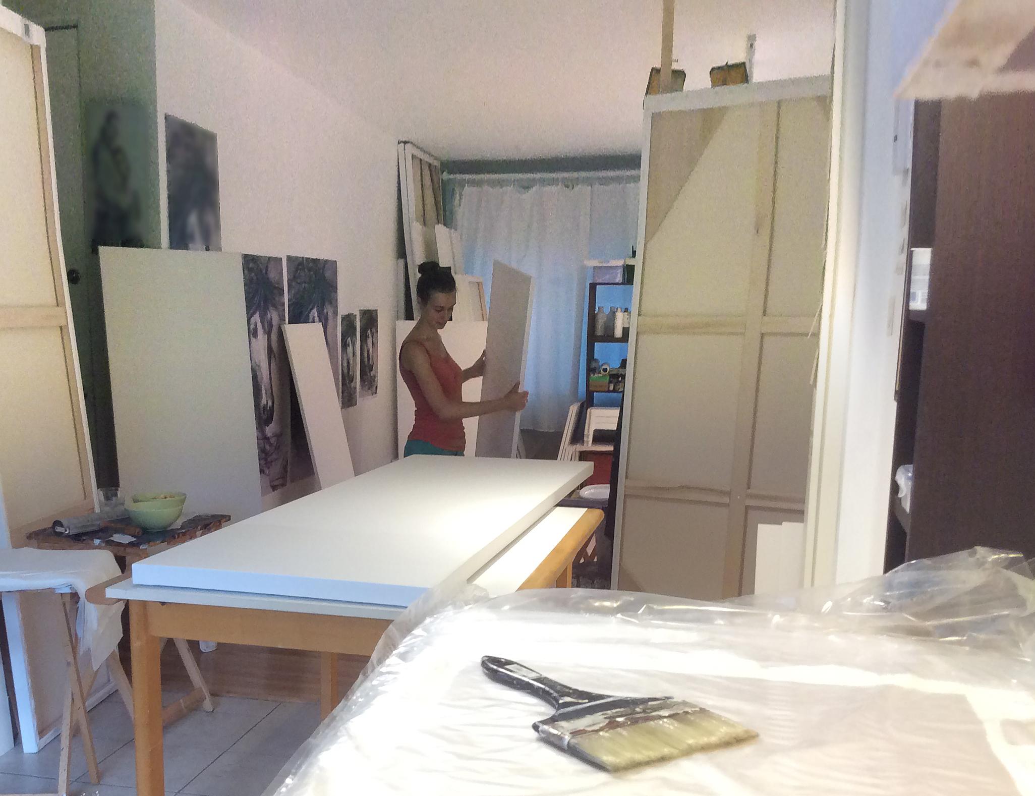 Semaine dernière, l'atelier est sens dessus dessous : on fait les fonds des toiles nécessaires pour les prochains mois !     Grosse semaine mais bien agréable car je ne suis pas seule.
