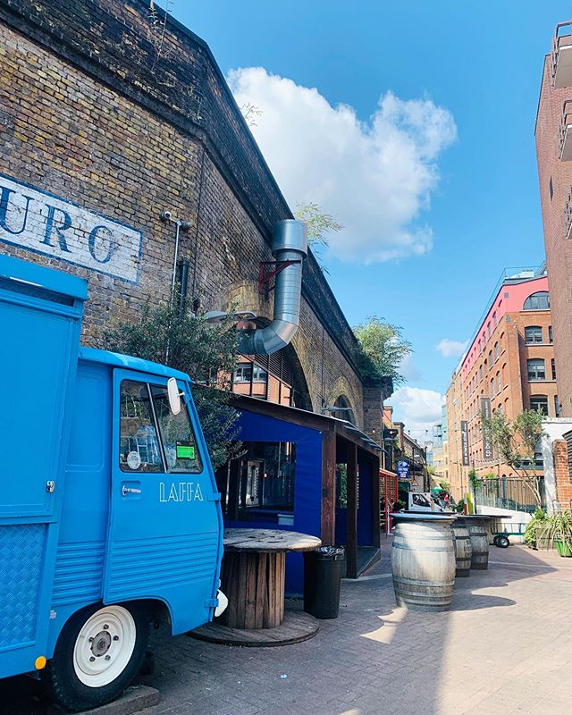 A break from the rain today and it's looking lovely down by the arches next to our neighbours @bardouro and @wherethepancakesare 🌤 why not join us for some lunch at @flatironsquare_  #peugeotj7 #foodtrucks #lonelyplanetfood #laffa #lowlineldn #flatbreads #streetfood