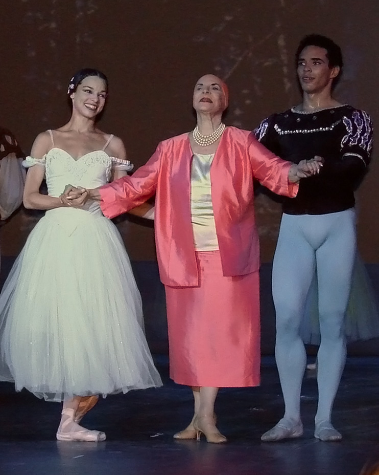 Alicia_Alonso_avec_le_ballet_national_de_Cuba_(Grand_Palais,_Paris)_(955235920).jpg