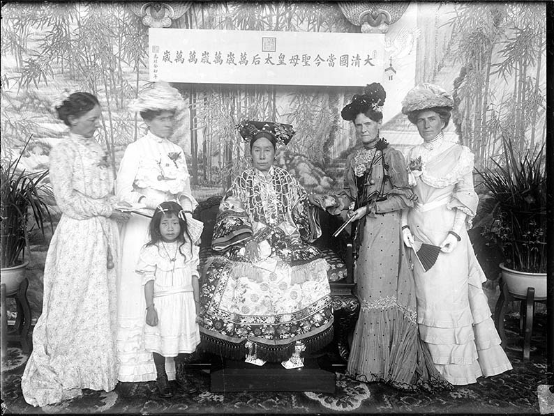 Empress Dowager Cixi with foreign envoys' wives in the Hall of Happiness and Longevity (Leshou tang) in the Garden of Nurturing Harmony (Yihe yuan).  Photographed by Yu Xunling (1874–1943), Guangxu period, 1903–05, print from glass-plate negative, Freer Gallery of Art and Arthur M. Sackler Gallery Archives, FSA A.13 SC-GR-249. Smithsonian Institution, Washington, DC, purchase. Source: Peabody Essex Museum website.