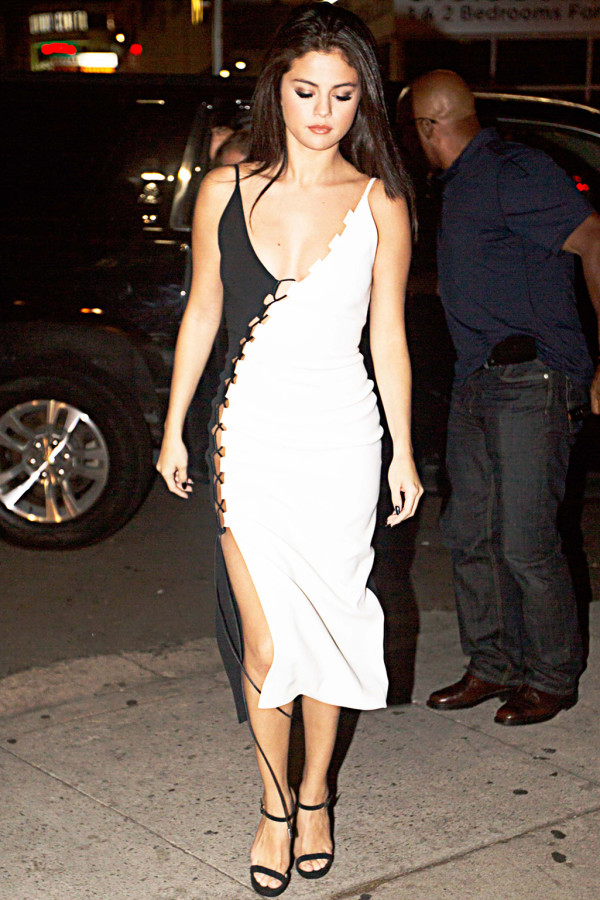 selena-gomez-best-looks-black-and-white-dress-600x900.jpg