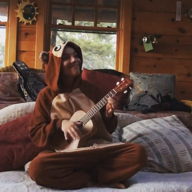 I wrote you the perfect song! 😉 A reminder to be children in 2019. Play, share, express, be real... and monkey around.  Happy new year! 🎈 . . #2019 #happynewyear #monkey #ukulele #ukulelecover #onesie #play #children